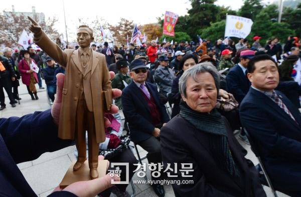 박정희 기념·도서관 '동상 기증식'·