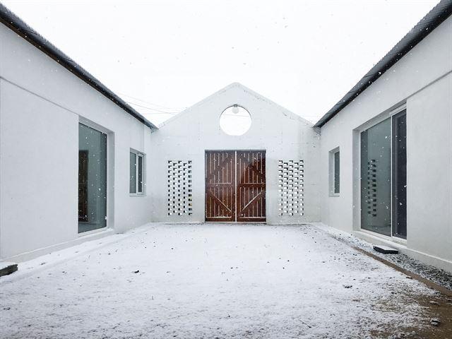 세 개의 지붕으로 자연이 쏟아진다