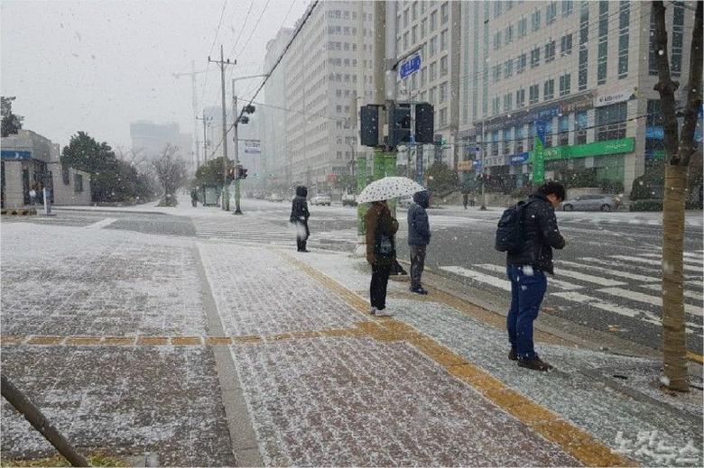 부산에도 함박눈이 '펑펑'…일부 도로