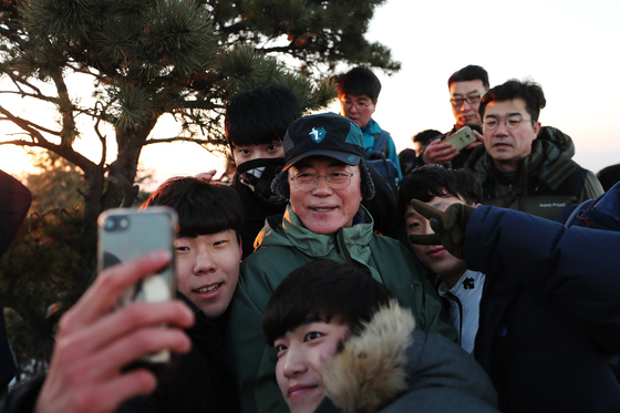 文대통령 오른 사모바위 밑, 김신조