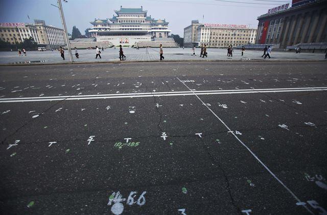 김일성광장 뒤덮은 숫자들… 北 열병식