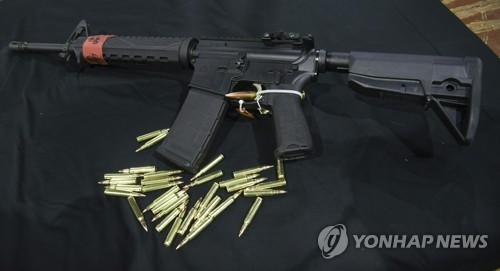 미국서 총기참사때 쓰인 소총 메고