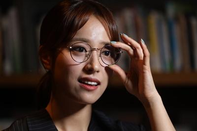"""'안경앵커' 임현주 """"이젠 예뻐야 한"""