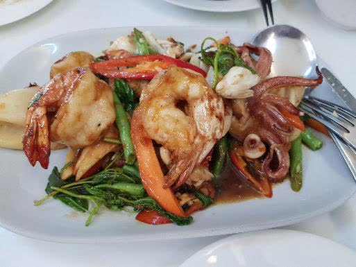 고글 쓴 73세 할머니의 길거리 음식