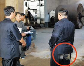 김정은 엉덩이에 흙이 묻었네