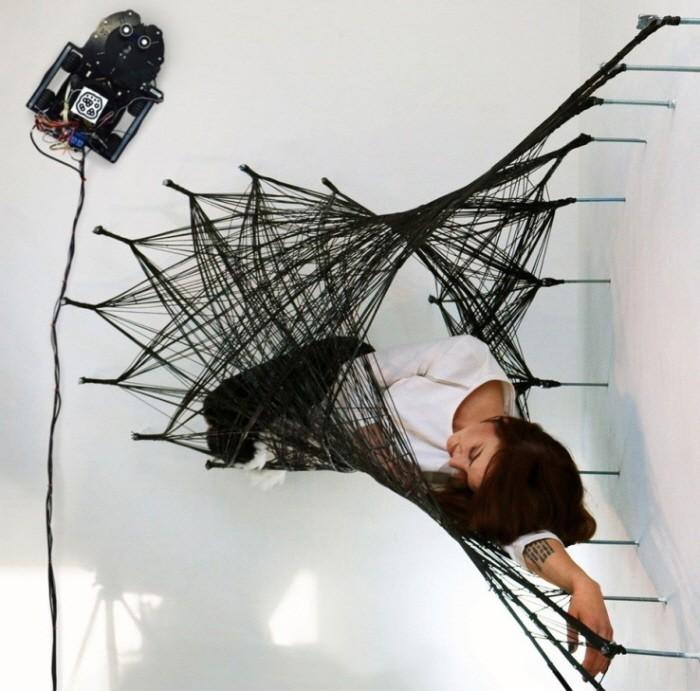 탄소섬유로 벽에 작품을…거미 로봇