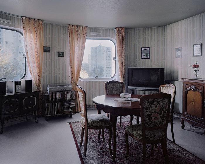 오래된 아파트에 사는 노인들을 담은