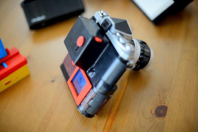 필름 카메라를 디지털로 바꿔준다?