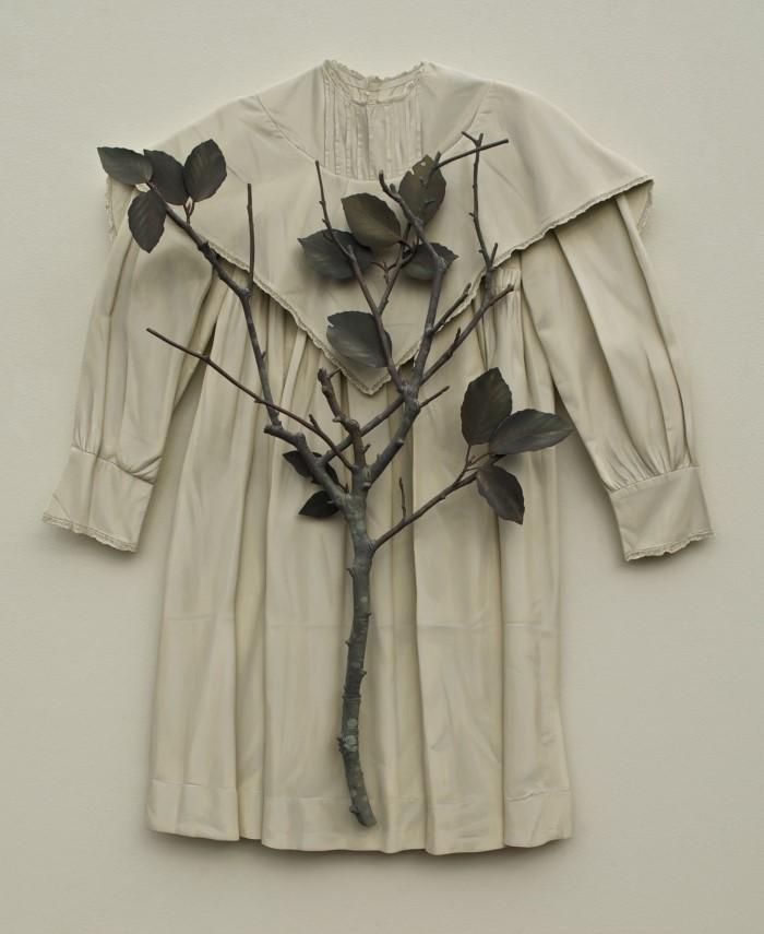 나무로 만든 진짜 같은 옷 조각품