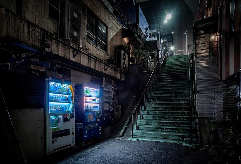 자판기를 촬영하는 사진작가 EIJI
