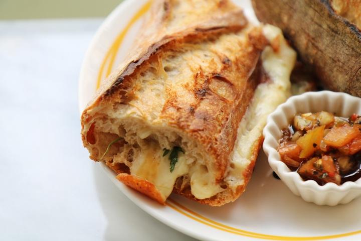 따뜻한 그릴드 샌드위치 맛집