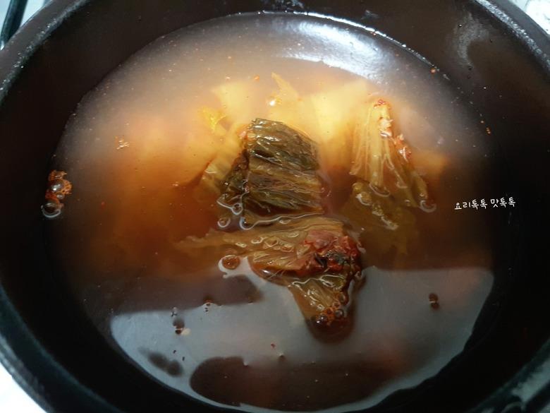 뚝배기에 끓여야 제맛~ 김치굴국밥