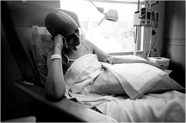 이 남자의 아내는 암에 걸렸습니다