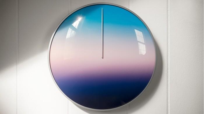 하늘빛 변화로 시간 알려주는 벽시계