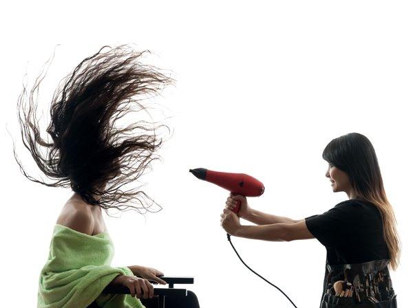 헤어드라이기로 머릿결 관리하는 방법