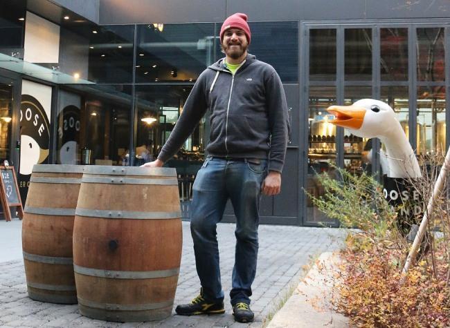 다리오가 지난 12일 '312데이'가 열렸던 역삼동 구스아일랜드 브루하우스 앞에서 포즈를 취하고 있다.