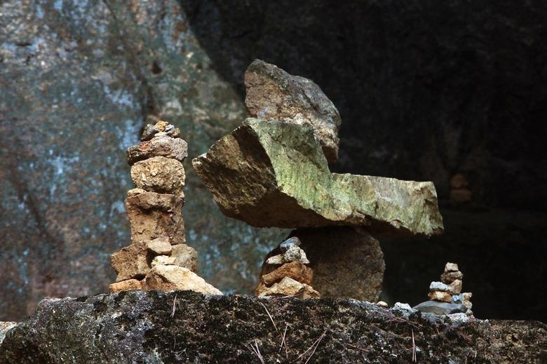 기원의 돌탑들을 지나 절벽 위의 둥지