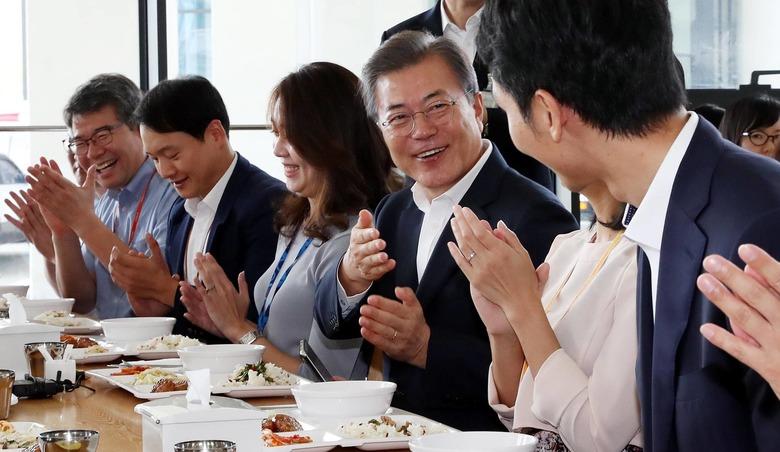 환경미화원에서 김정은까지, 취임 1년