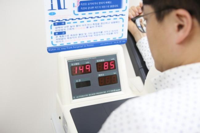 30~40대 고혈압 환자가 증가하는 추세다. 그러나 대다수가 젊다는 이유로 치료를 안 받거나, 치료 도중 임의로 약을 중단해 문제가 되고 있다. 약을 끊으면 이후 혈압이 오를 수 있어 반드시 전문의와 상담하고 약을 중단해야 한다. [제공=강동경희대병원]
