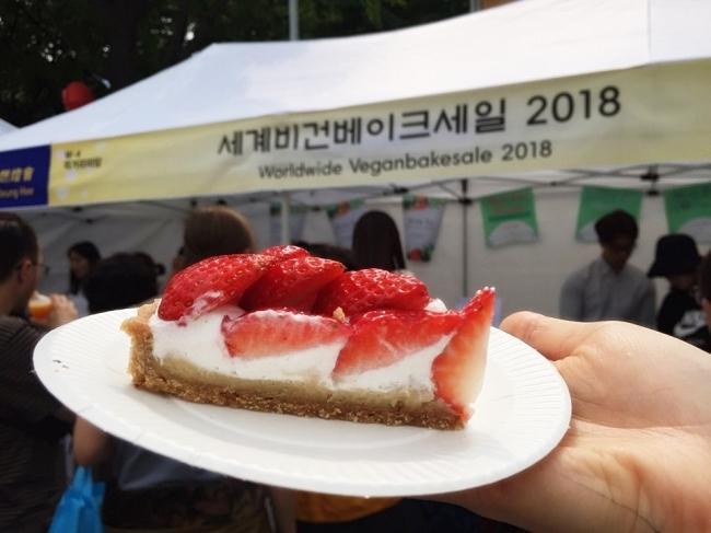 지난 13일 서울 조계사 앞 전통문화마당에서 진행된 연등회 행사에서는 '비건베이크세일' 부스가 마련돼 관람객들의 눈길을 끌었다.