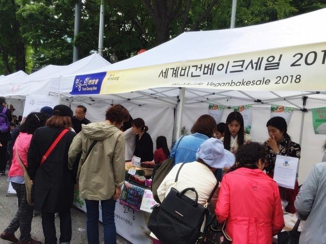 이날 많은 관람객들은 비건 베이커리를 직접 시식해보고 다양한 제품들을 구경하며 관심을 보였다.