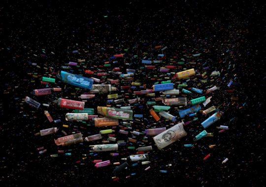 플라스틱의 해양 오염을 경고하는 '수
