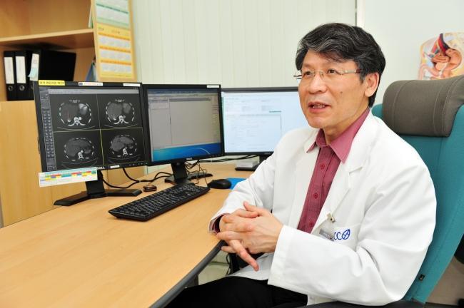 국내 최초로 국립암센터가 양성자 치료기를 가동한 지 11년이 됐다. 양성자 치료는 정상 세포 손상 범위가 X선 등 기존 방사선 치료보다 적은 것이 장점이다. 김태현 국립암센터 양성자치료센터장이 양성자 치료에 대해 설명하고 있다. [제공=국립암센터]