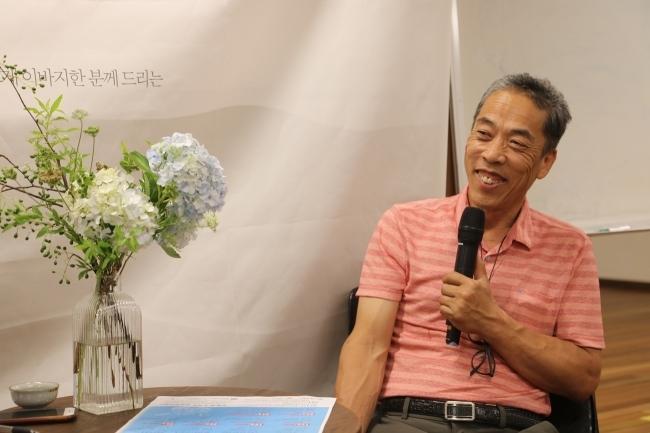 """류근모 장안농장 대표. 그의 농장에서는 온갖 쌈채소가 생태순환농법으로 재배된다. 류 대표는 """"완벽한 유기농 시스템을 실천하고 있다""""고 말했다."""