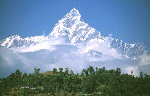 산악인들의 도전을 불러 일으키는 높은