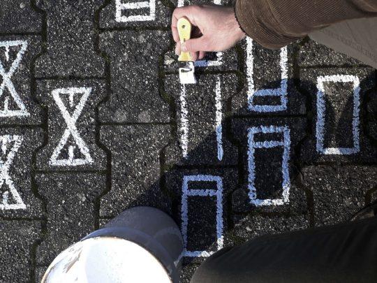 어두운 콘크리트 길에 깔린 백색 카펫