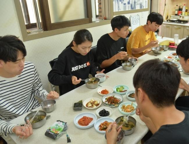 최경선 선수와 팀 동료들이 점심식사를 하는 모습. 밥과 국에 반찬을 곁들인 차림이다. [사진=윤병찬 기자]