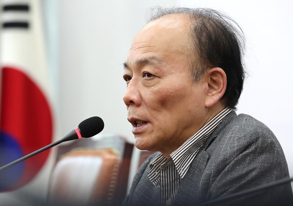 태극기 부대를 어쩌나… 한국당 보수대