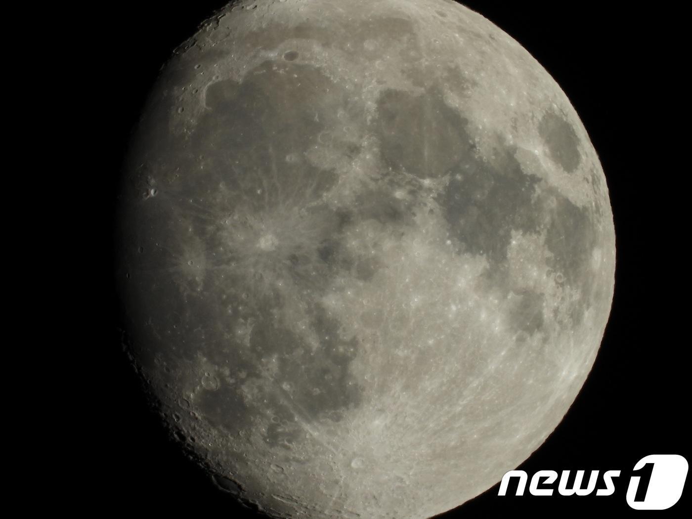 """""""달 표면까지 찍는다""""…디카업계 폰카"""