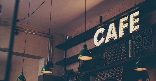 인적 드문 골목의 작은 카페가 살아남