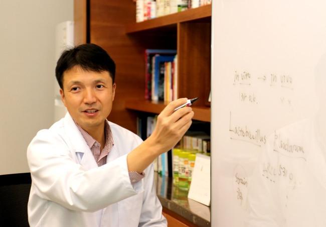 롯데중앙연구소 기초부문장 양시영 상무가 로타바이러스 억제 기능성 특허를 받은 김치 유산균 유래 대사산물을 설명하고 있다. [제공=롯데푸드]