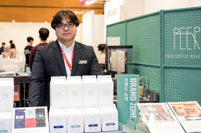 '피어커피로스터스'의 황진욱 대표. '피어커리로스터스'는 로스팅한 원두를 공급하는 로스팅 전문회사이다.