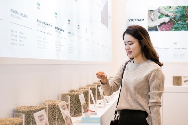 '제17회 서울카페쇼'에서 관람객이 커피 생두를 확인하는 모습. 스폐셜티 커피 트렌드에 따라 로스터의 중요성이 부각되고 있다. <br />