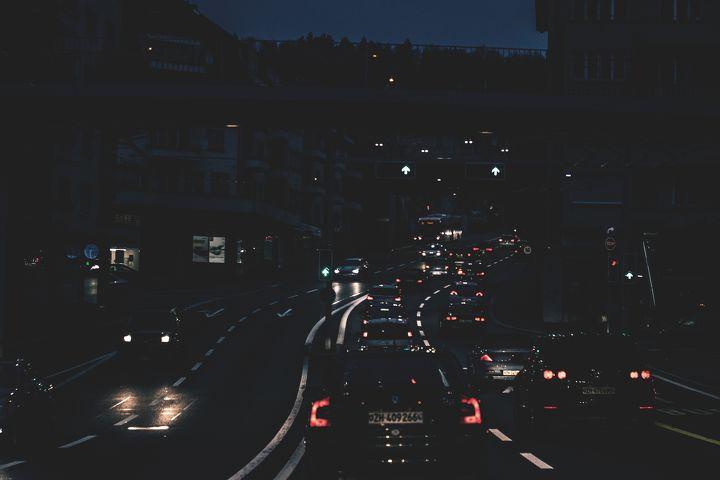 가로등 없는 도로에서 상향등 켜고 주