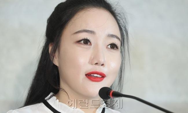 """낸시랭, 이혼 소송 중 개인전..."""""""