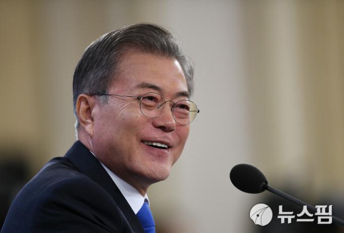 '허허' 웃던 문대통령, 김태우 질문
