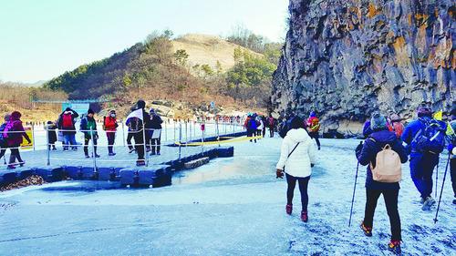 '얼음 강'을 걷는 마법같은 시간