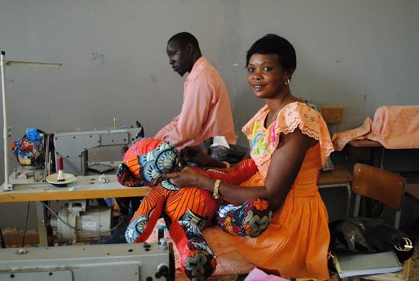 아프리카에서 봉제 기술 전수하고 일자