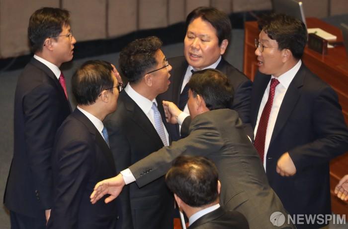 """""""문재인은 김정은 수석대변인"""" 나경원"""