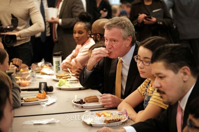 지난 11일 미국 뉴욕시 브루클린 한 공립학교의 고기 없는 월요일에 참여한 빌 드 블라시오 뉴욕시장(사진 가운데 남성) [게티이미지]