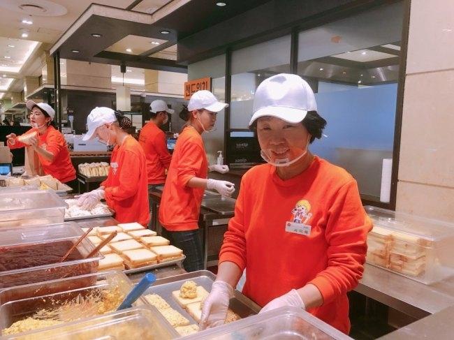 """서미혜 씨는 """"식사 거르는 아이들, 먹이려고 만든 것이 인기가요 샌드위치""""라고 말했다"""