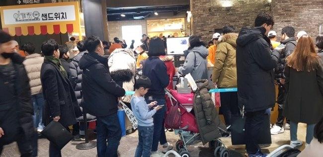 팝업스토어를 진행한 천안 야우리백화점은에서도 '인기가요 샌드위치'를 먹기 위해 긴 줄이 늘어섰다.
