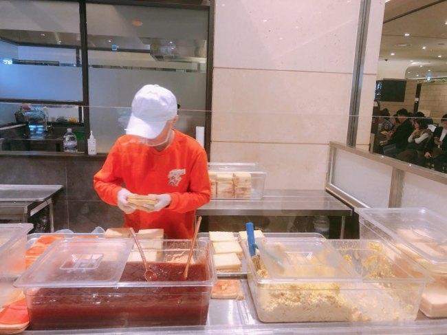 인기가요 샌드위치는 재료 손질부터 포장까지 100% 수작업으로 진행된다