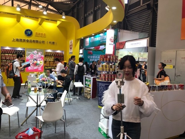 중국의 식품 전문 왕홍 싸이엔찌앙 씨가 오뚜기 라면을 주제로 라이브 방송을 하고 있다