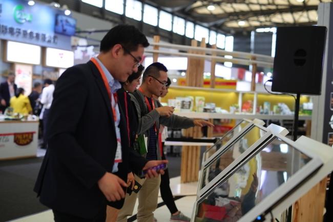 시알 혁신대회 수상작들을 살펴보고 있는 방문객들 [시알 차이나 제공]