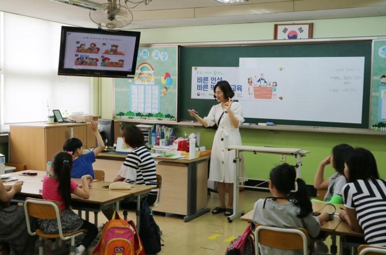 [사진=경기도 시흥시 능곡초등학교에서 진행된 '바른 이성 바른 먹거리 교육' 수업]